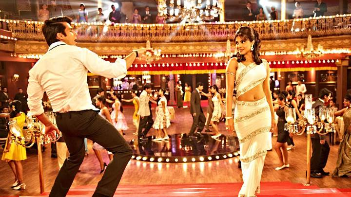 Teri Meri Kahaani – Priyanka Chopra And Shahid Kapoor Dancing In Stairs